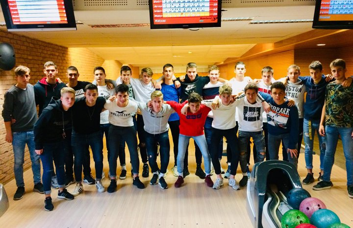 Közös bowlingozással hangolódott az U17